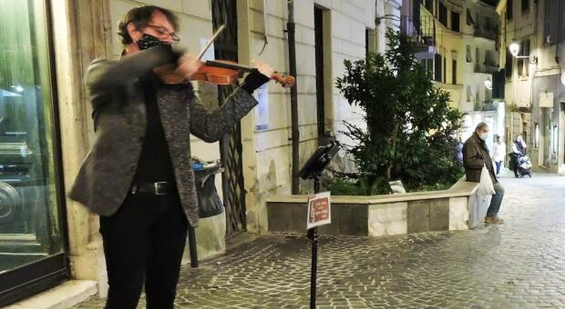 Riccardo Morsilli, il violinista di Roma che va a suonare nelle strade di Velletri