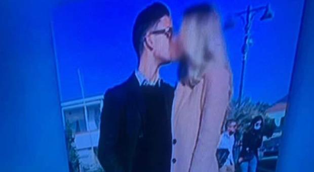 Fidanzati si baciano in strada, multati di 400 euro. «Non rispettate regole di distanziamento»