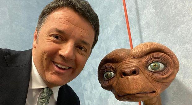 Renzi fa il selfie con E.T., il commento di Casini: «Siete identici»