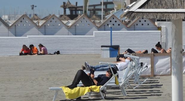 Spiagge, nel Lazio gli stabilimenti riaprono il 29 maggio, via libera ai B&B, piscine e palestre dal 25