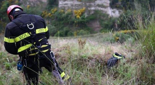 Neonato trovato morto in una scarpata nel Beneventano, fermata la madre