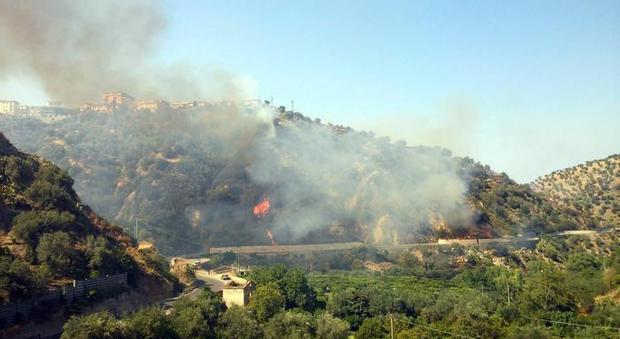 Vesuvio e Posillipo bruciano ancora: uomo muore per sfuggire a fiamme