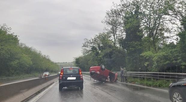 Un incidente con un'auto ribaltata sulla Pontina