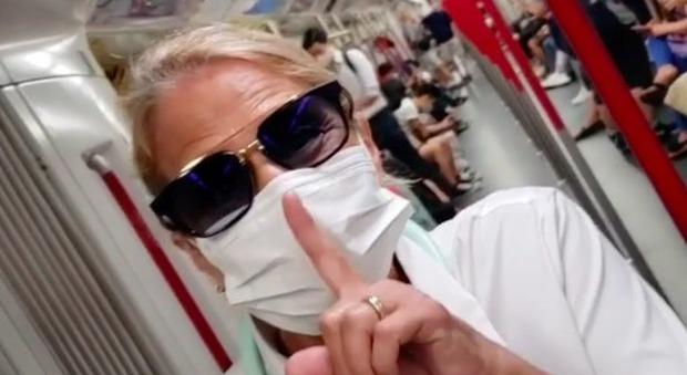 Heather Parisi in metropolitana e con la mascherina: «Preparatevi, si torna dove eravamo, lo avevano promesso»