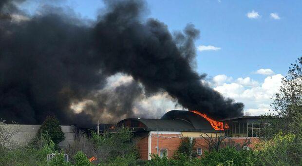 Roma, incendio in un capannone a Tor Cervara: vigili del fuoco stanno cercando di spegnere le fiamme