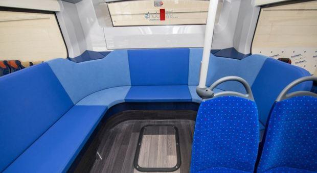 """Regno Unito, sedili """"a ferro di cavallo"""" sugli autobus per spingere i pendolari a socializzare"""