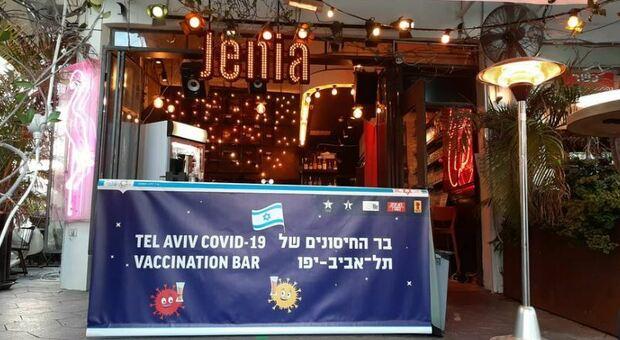 Vaccino, Israele vaccina i giovani nei pub, offerta loro anche una birra