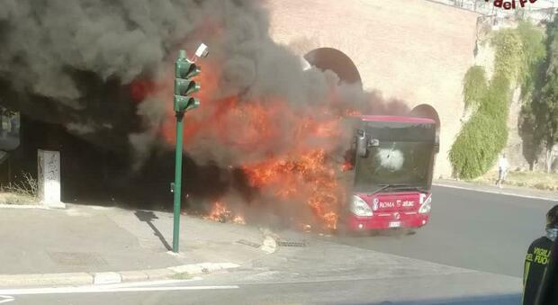 Roma, due autobus Atac in fiamme in poche ore: un altro mezzo brucia all'Esquilino
