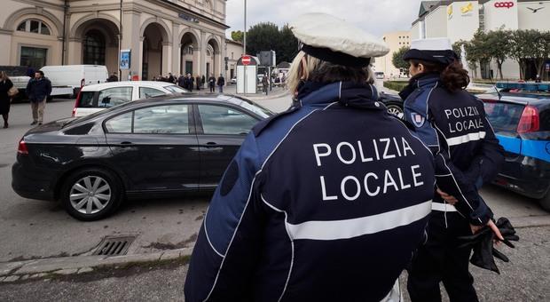 I controlli sulle norme anti Covid-19 messi in campo dalla polizia locale