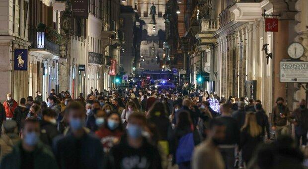Maxi assembramento giorni fa a via del Corso, a Roma (foto TOIATI)