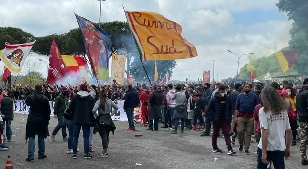 Europa League, assembramento di tifosi a Trigoria in vista del match di Manchester: «Roma è con voi»