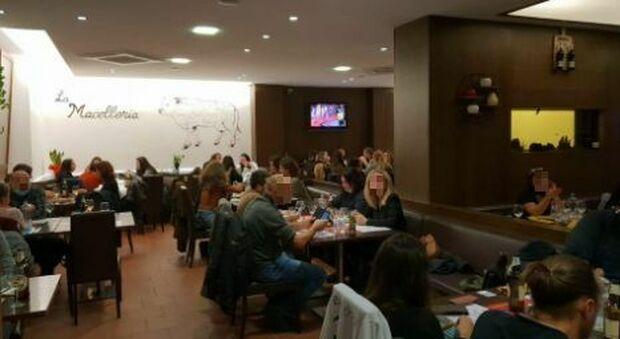 Pesaro, cena in 90 al ristorante per protesta contro il Dpcm. Il gestore alla polizia: «Non chiuderò mai»