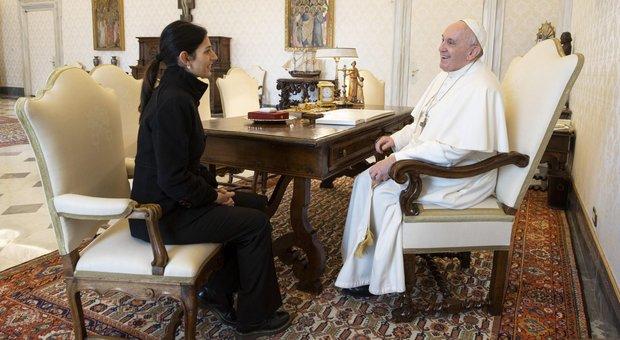 Papa istituisce fondo da 1 milione di euro per aiutare i più deboli, Raggi ci mette la metà