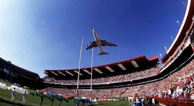 Il Jumbo Jet guidato da Laurie Kay sorvola l'Ellis Park