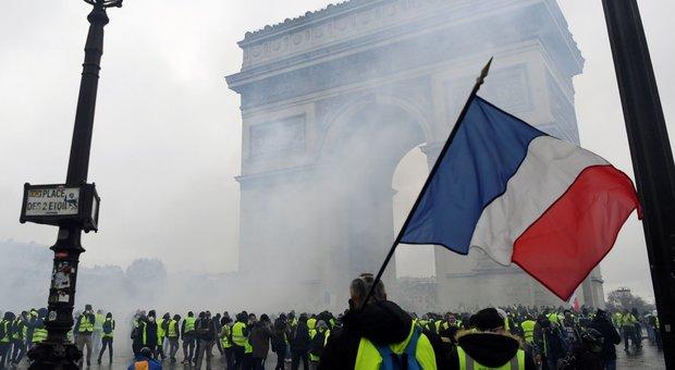 Parigi, chiudono Torre Eiffel e Louvre: tensione per le proteste di domani