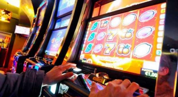 Un giocatore alle slot machine