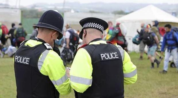Rave illegali dopo lockdown nel Regno Unito: un morto, uno stupro e 3 ragazzi accoltellati