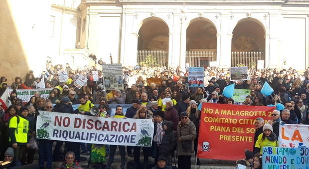Roma, protesta in Campidoglio contro la discarica a Monte Carnevale