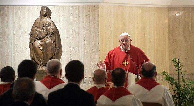 Papa Francesco, documento di protesta di 100 studiosi: «Da lui atti sacrileghi»