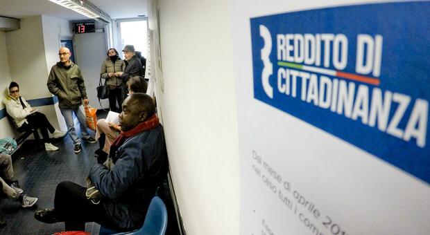 Vince 640 mila euro al gioco ma continua a prendere il reddito di cittadinanza: denunciato