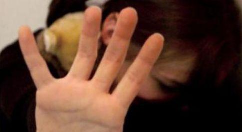 Pedofilo stupra e uccide una bimba di 6 anni: accerchiato e bruciato vivo dalla folla
