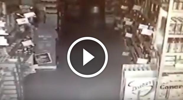 Terremoto, le immagini choc della scossa dentro un supermercato di Amatrice