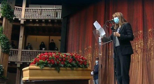 Paola Cortellesi al Globe Theatre per l'ultimo saluto a Gigi Proietti