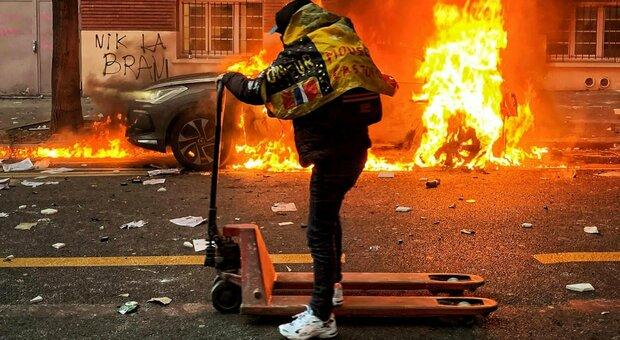 Parigi, guerriglia in strada per la legge sicurezza: 22 fermati, vetrine rotte e cassonetti incendiati