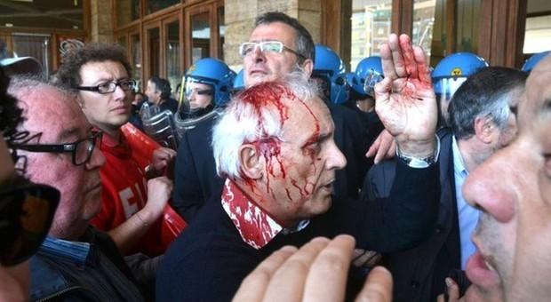 Terni, sindaco ferito durante sciopero Ast «Manganellate», la Polizia: «Un ombrello» Fermato il presunto aggressore