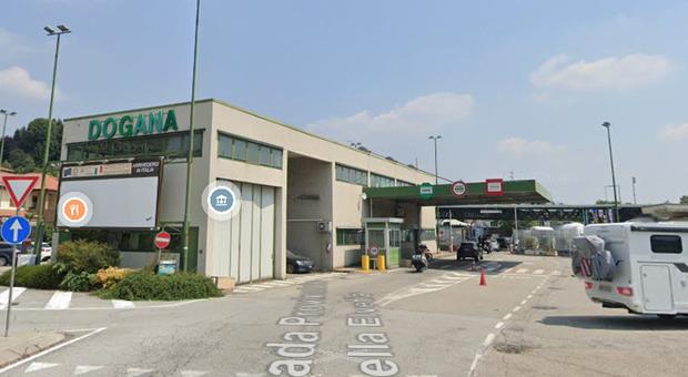Suv con esplosivo al confine Italia-Svizzera, evacuati edifici nel raggio di 500 metri. Chiuso valico di Stabio