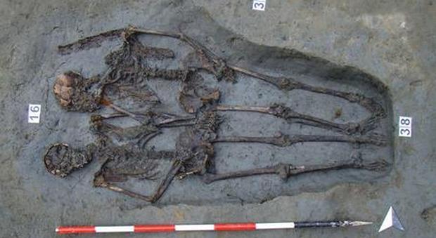 """Gli """"amanti di Modena"""" sono due uomini: svelato il sesso della coppia sepolta nella necropoli"""