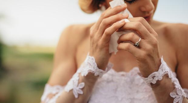Matrimonio da incubo, la sposa in lacrime ha un attacco di diarrea e sporca il vestito: «Colpa delle bevande detox»