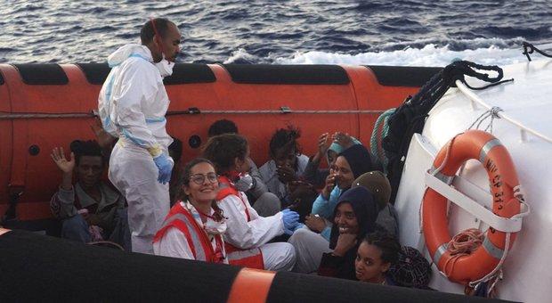 Open Arms, sì allo sbarco a Lampedusa di altri 4 migranti: «A bordo agonia insopportabile»