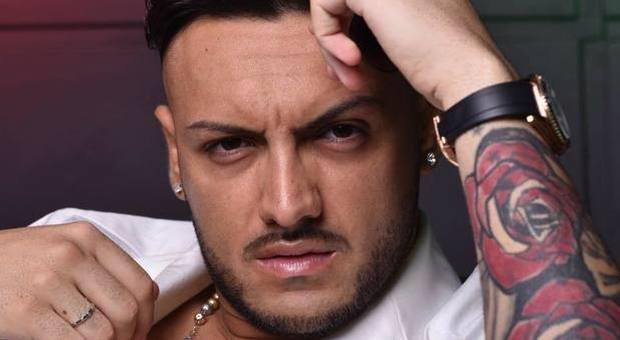 Daniele De Martino, bufera per il video del cantante neomelodico girato con pistole e kalashnikov