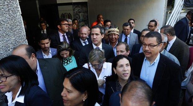 Venezuela nel caos: Parra e Guaidò eletti entrambi presidenti dell'Assemblea nazionale. Scontri con la Gendarmeria, Parlamento al buio
