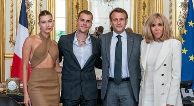 Justin Bieber incontra Macron, all'Eliseo lo scatto con le rispettive mogli