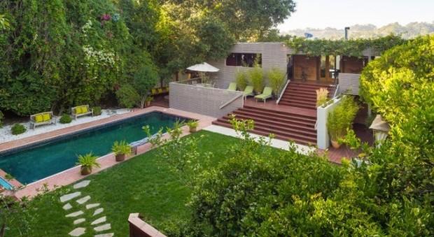 Harry Styles svende la villa di Beverly Hills