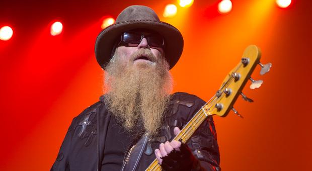 ZZ Top, è morto Dusty Hill, bassista della band texana: la Gillette gli offrì (inutilmente) un milione di dollari per radersi Video