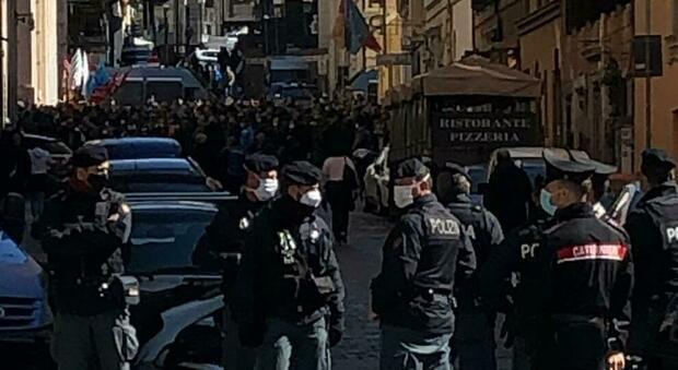 Roma, centro blindato per le proteste dei lavoratori di Alitalia: disagi per il traffico