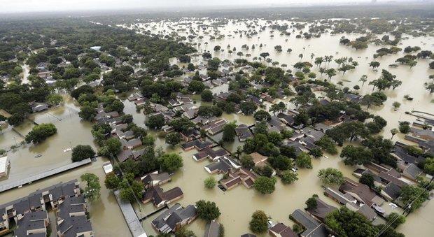 Uragano Harvey, almeno 12 morti in Texas: si rompono argini a sud di Houston, popolazione in fuga