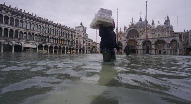 Acqua alta a Venezia, danni per 400 milioni di euro. E per vedere il Mose in azione si dovrà aspettare altri 6 mesi