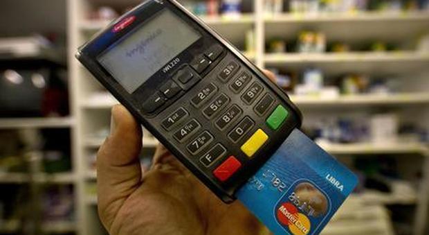 Manovra, sgravi per chi paga l'idraulico con la carta di credito