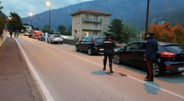 Si scaglia contro i carabinieri con un'accetta dopo l'inseguimento, ucciso a colpi di pistola