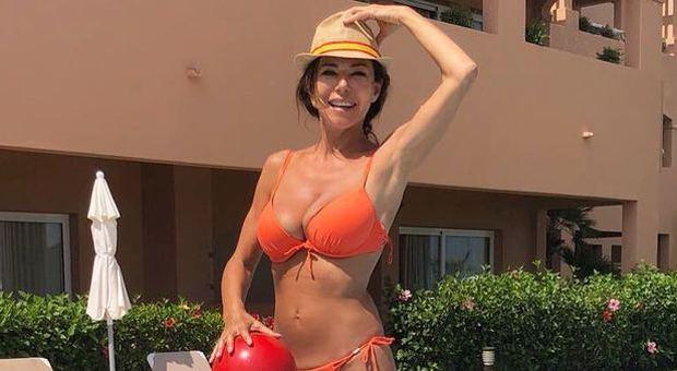 Folliero Calendario.Emanuela Folliero Bikini Da Urlo A 53 Anni In Posa Con La
