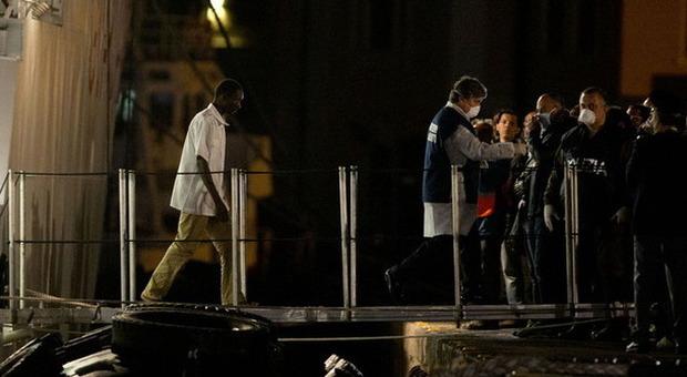 Strage migranti, i morti sono tra 700 e 900. Arrestati due scafisti fra i superstiti