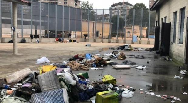 Migranti, rivolta a Bari: materassi bruciati per cercare la fuga. Tre feriti