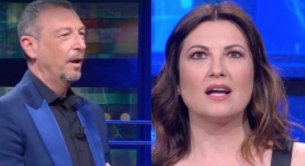 """I Soliti Ignoti, Amadeus riprende la moglie Giovanna Civitillo e la """"gela"""": «Che hai detto?»"""