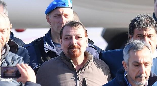 Cesare Battisti il giorno dell'arrivo in Italia dopo l'arresto