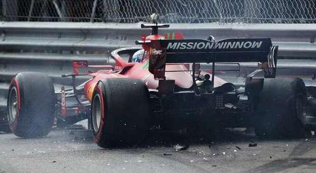 La Ferrari di Charles Leclerc contro le barriere della piscina a Montecarlo
