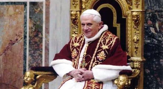 24 aprile 2005 Benedetto XVI sale sul trono pontificio